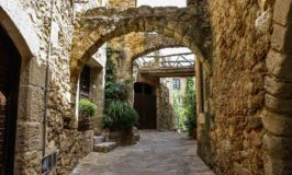 Barcelona Day Trips: Dali Museum and 9 Medieval Towns in Catalonia