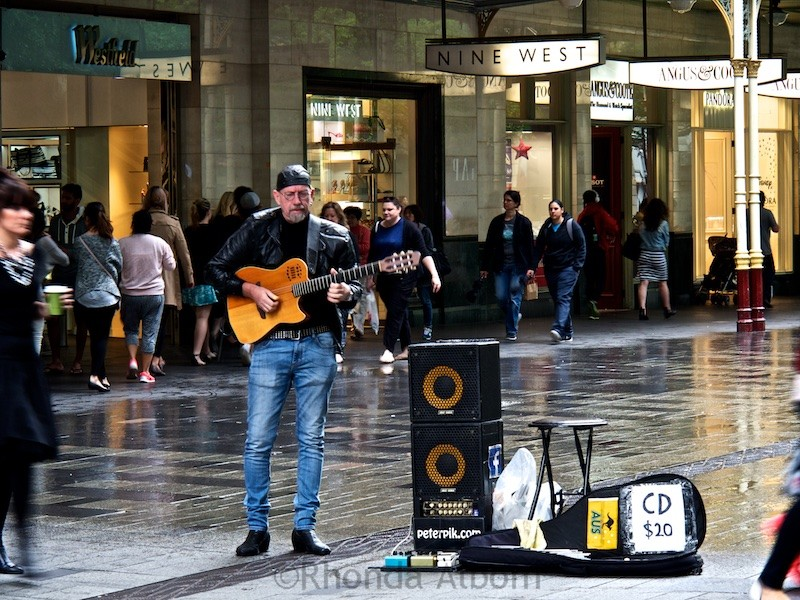 Street performer on a rainy Sydney afternoon