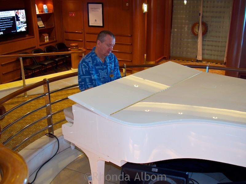 Piano bar on the Island Princess