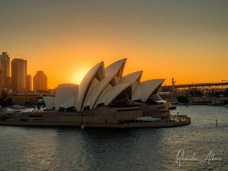 Navega por la Ópera de Sydney mientras se pone el sol