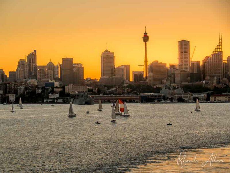 Embarcaciones de recreo en el puerto de Sydney al atardecer