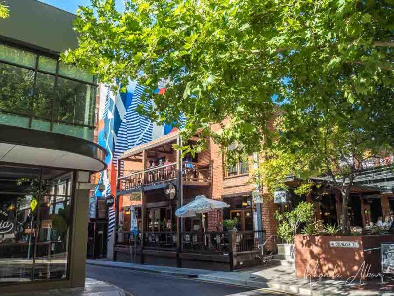 Arte en la calle y restaurantes en Ebenezer Place en East Adelaide, Australia del Sur.