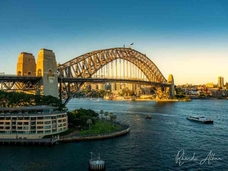 Vista del Puente del Puerto de Sydney en la hora dorada, visto desde un crucero