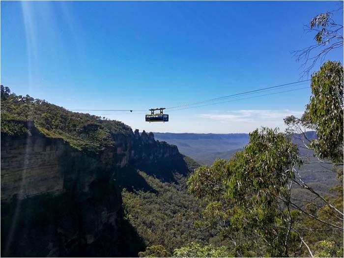 Teleférico visto en la distancia en una excursión de un día a las montañas azules de Sydney, Australia